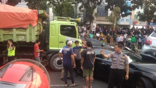Teror Truk di Jalan Raya (1183434)