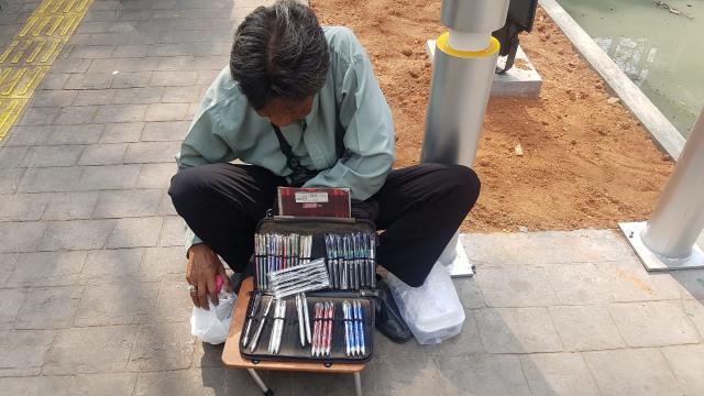 Kisah Heri, Kakek Penjual Pulpen di Depan Kampus Trisakti (21108)