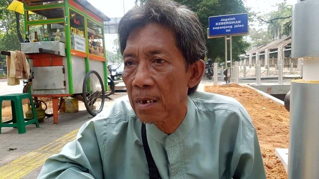 Kakek Heri Pedagang Pulpen Ingin Punya Toko untuk Bekal di Hari Tua (23545)