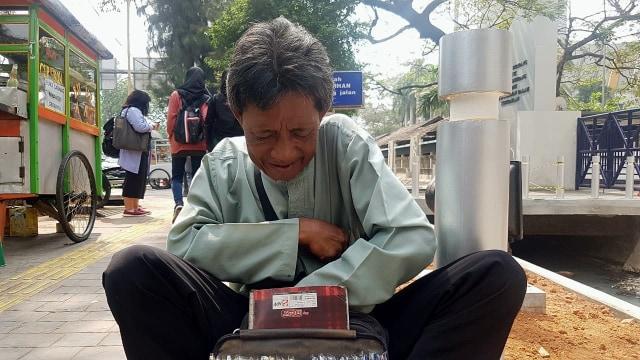 Kisah Heri, Kakek Penjual Pulpen di Depan Kampus Trisakti (21107)