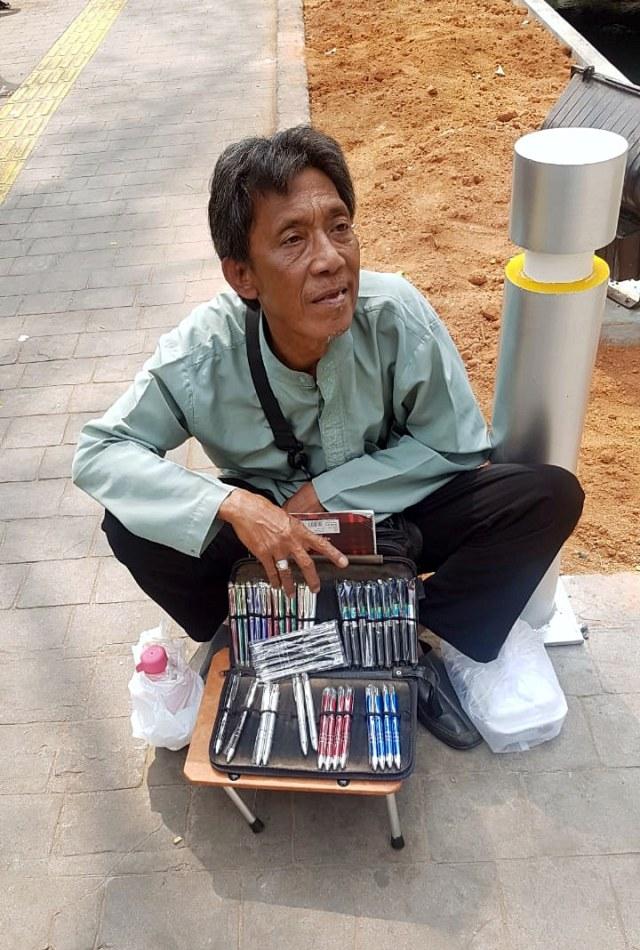 Kakek Heri Pedagang Pulpen Ingin Punya Toko untuk Bekal di Hari Tua (23546)