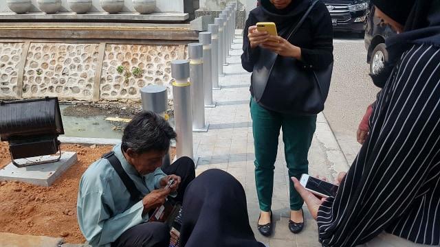 Heryanto (56) pedagang pulpen keliling di kawasan grogol