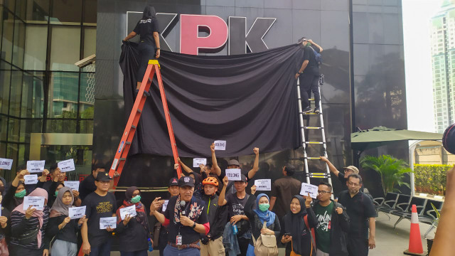 Aksi penutupan logo KPK dengan kain hitam oleh sejumlah pegawai KPK