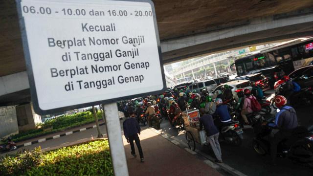 Pengawasan ganjil-genap di Jalan H. Rasuna Said.