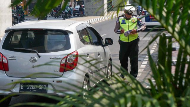 Pengawasan ganjil-genap di Jalan Fatmawati.