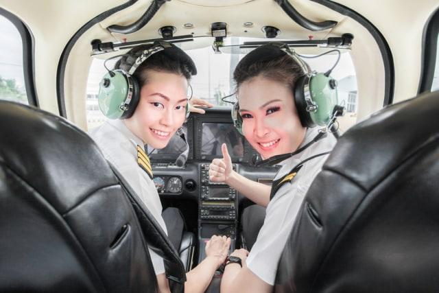com-Ilustrasi pilot perempuan.