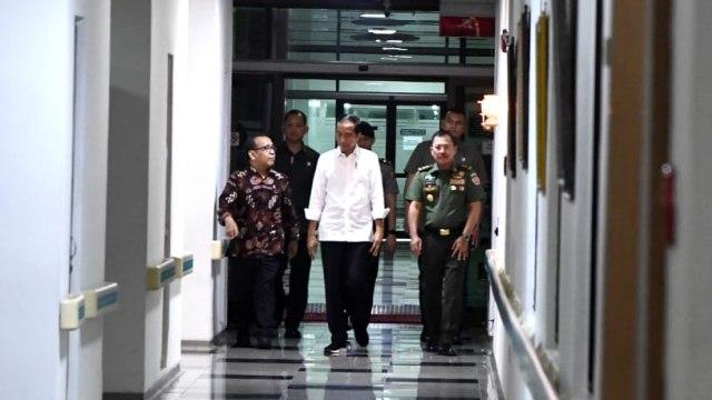 Presiden Joko Widodo saat menjenguk BJ Habibie