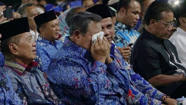 Susilo Bambang Yudhoyono saat mendengarkan lagu kenangan pada malam Kontemplasi di Puri Cikeas,Bogor