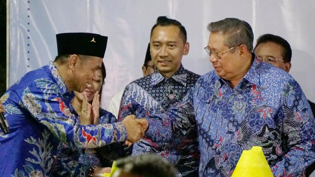 Susilo Bambang Yudhoyono, SBY memotong dan membagikan tumpeng pada acara Malam Kontemplasi; Ulang Tahun ke 70 tahun SBY, Ulang Tahun ke 18 Partai Demokrat dan mengenang 100 wafatnya Ani Yudhoyono.