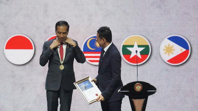 Jokowi Terima Penghargaan dari Asosiasi Insinyur ASEAN (136474)