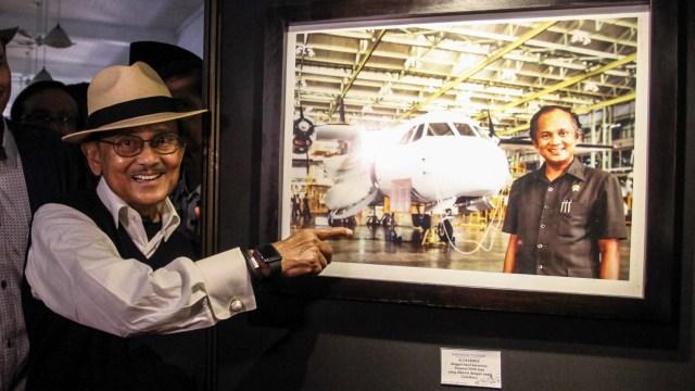 BJ Habibie Meninggal, Mantan presiden BJ Habibie menunjukan foto dirinya bersama pesawat hasil karyanya N-250 'Gatotkaca'