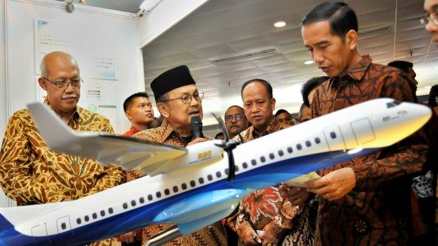 Presiden Joko Widodo, Presiden ke-3 RI BJ Habibie, miniatur pesawat R80