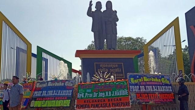 Karangan bunga bertuliskan turut berduka cita atas meninggalnya Bacharuddin Jusuf Habibie memenuhi monumen Cinta Sejati Habibie-Ainun di jalan Bau Massepe