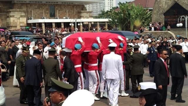 BJ Habibie Meninggal, Jenazah BJ Habibie tiba di TMP Kalibata, Jakarta Selatan, pada Kamis