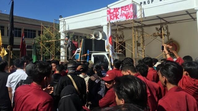 Ribuan mahasiswa di Yogyakarta sampaikan orasi tolak ravisi UU KPK di DPRD DIY, Kamis (12/9).