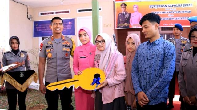 Kapolda Jabar Beri Rumah untuk Keluarga Almarhum Ipda Erwin  (115944)