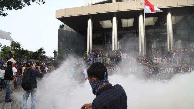 Kain Hitam di Gedung KPK Dicopot Paksa oleh Massa Rusuh (80991)