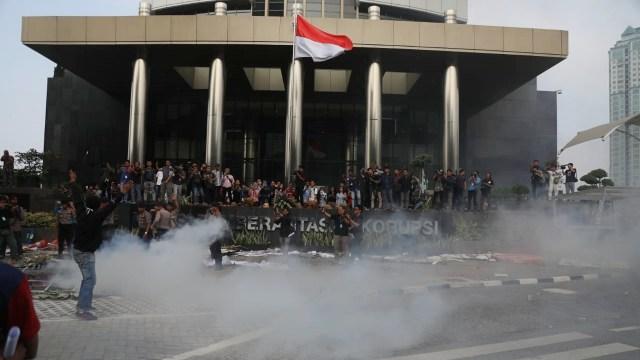 Alasan Polisi Tak Tangkap Massa Anarkis yang Serang Gedung KPK (120518)