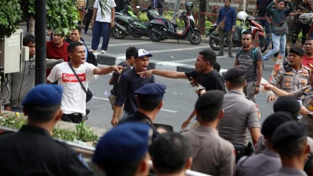 Alasan Polisi Tak Tangkap Massa Anarkis yang Serang Gedung KPK (120517)