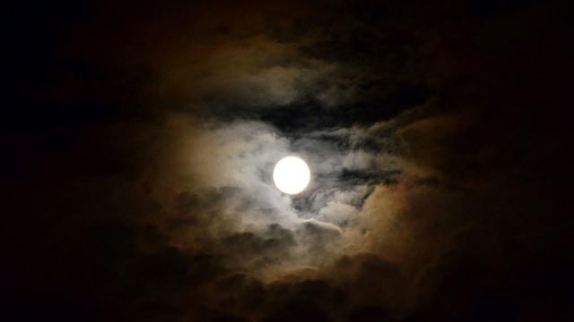 Mengenal Kawah di Permukaan Bulan dan Proses Pembentukannya (112587)