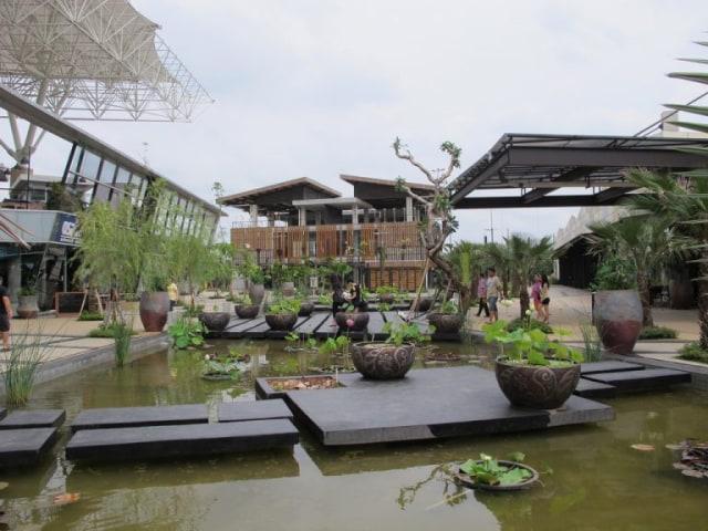 bangunan modern the breeze bsd dengan kolam ikan hias