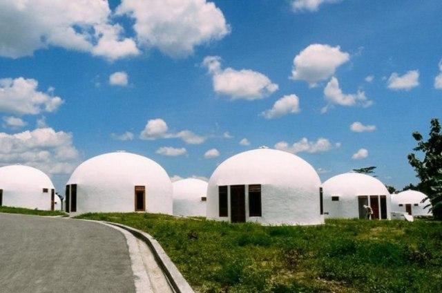 bangunan modern dome house berbentuk kubah putih di yogyakarta