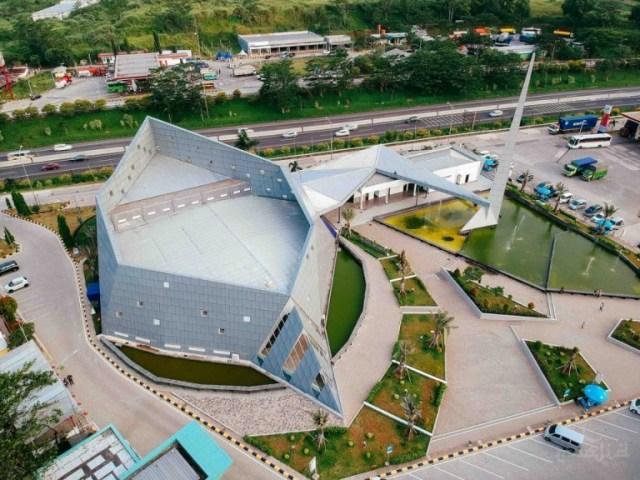 bangunan modern seperti pesawat tempur bernama masjid al safar