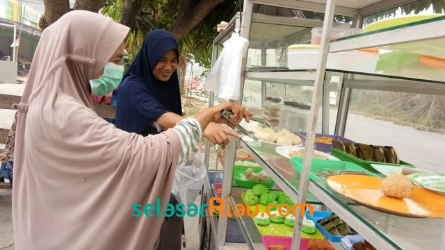 Pedagang Kue Merugi Gara-gara Asap Tebal di Riau (8260)