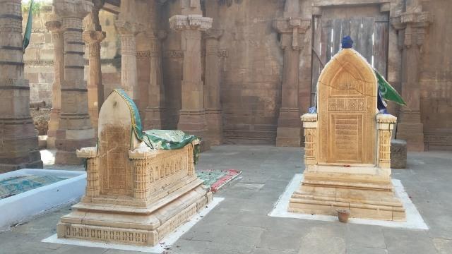 Makam Al Kazeruni dan Istri.jpeg