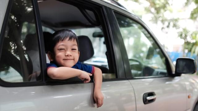 Ilustrasi anak di dalam mobil.
