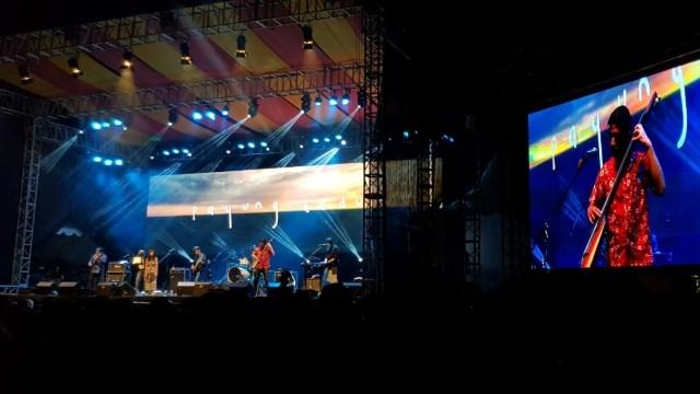 Malam Syahdu Bersama Payung Teduh di 'Balkonjazz Festival 2019' (291205)
