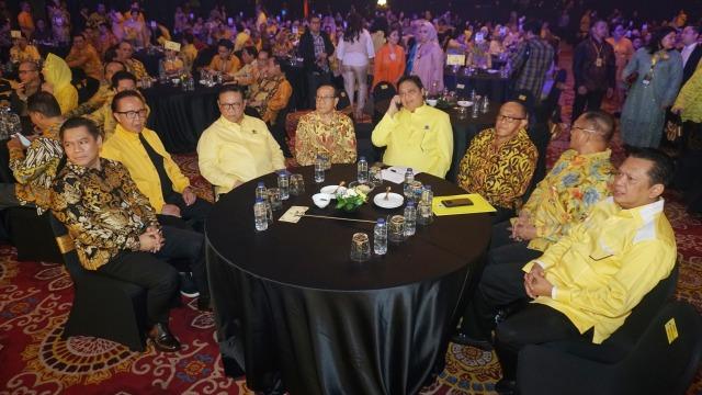 Di Acara Penghargaan Caleg Golkar, Airlangga dan Bamsoet Duduk Semeja (208210)