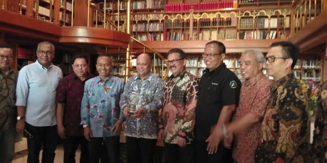 PWI Anugerahi BJ Habibie Bapak Kemerdekaan Pers Indonesia (17035)