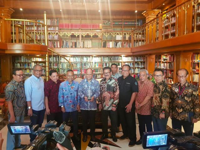 PWI Anugerahi BJ Habibie Bapak Kemerdekaan Pers Indonesia (17036)