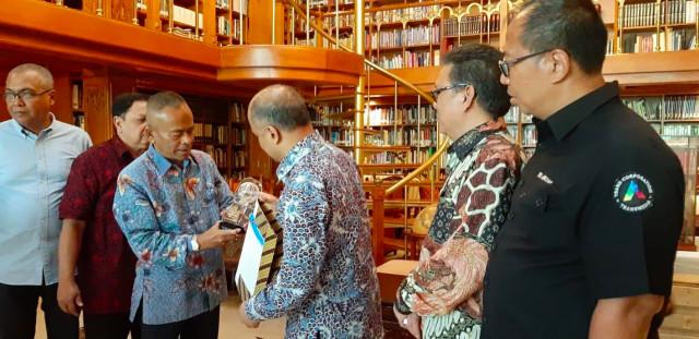 PWI Anugerahi BJ Habibie Bapak Kemerdekaan Pers Indonesia (17037)