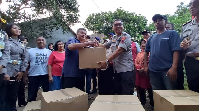 Polisi Beri Sembako untuk Korban Ledakan Mako Brimob Semarang (1146205)
