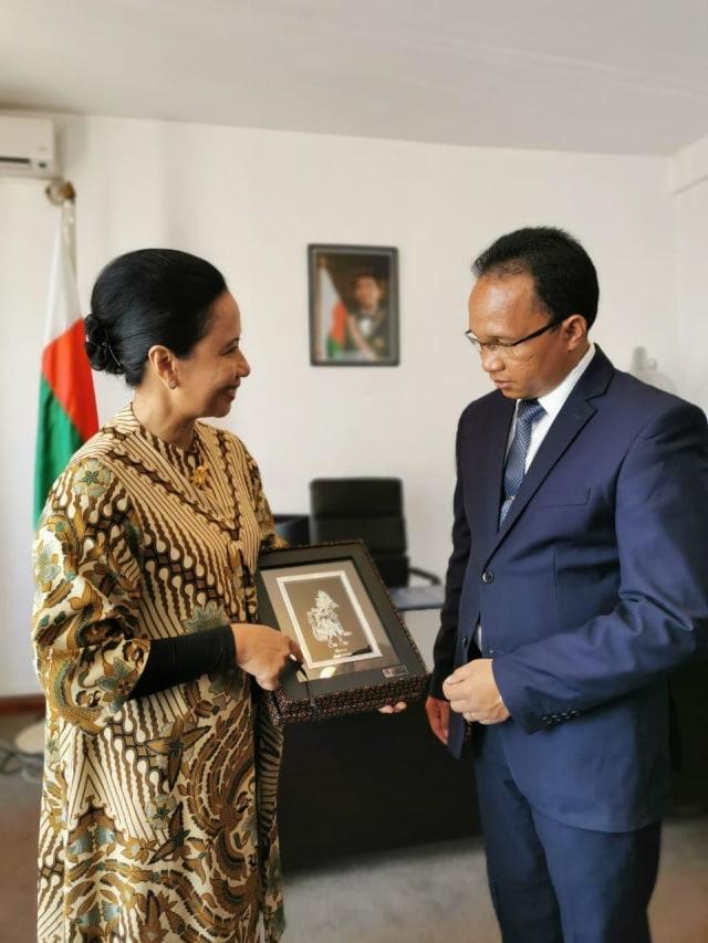 Menteri Rini Ajak BUMN Garap Proyek Tambang di Madagaskar (460825)