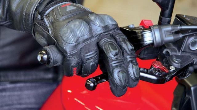 Ilustrasi jari tangan ke tuas rem sepeda motor