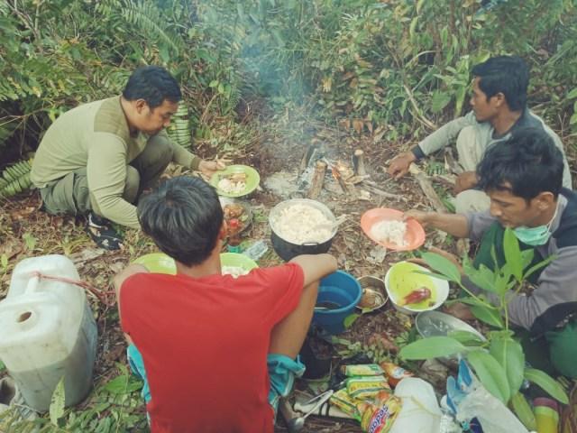 Petugas di Kawasan Taman Nasional Tanjung Puting yang terdampak Karhutla