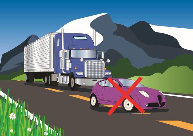 Tips aman berkendara di sekitar truk