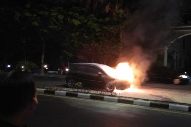 Konsleting Listrik Akibatkan Mobil  Terbakar (10783)