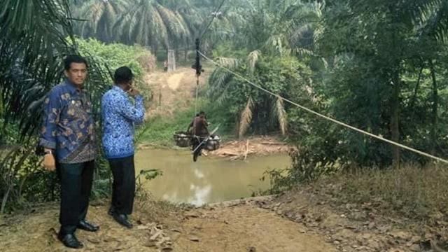 Jembatan 'Flying Fox Motor' di Riau Sudah 20 Tahun Beroperasi (6421)