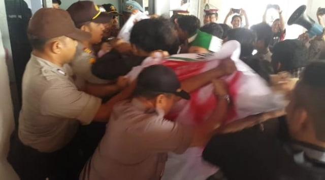 Demo Tolak RUU KPK, Mahasiswa Bersitegang dengan Kepolisian (55785)