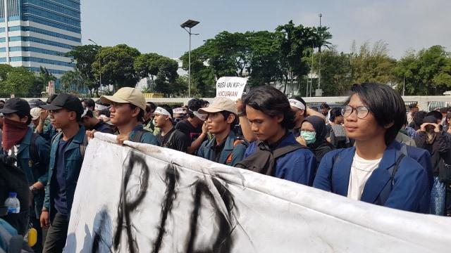 Mahasiswa UI dan ITB Demo Tolak Revisi UU KPK, Pasang Spanduk Sita DPR (456545)