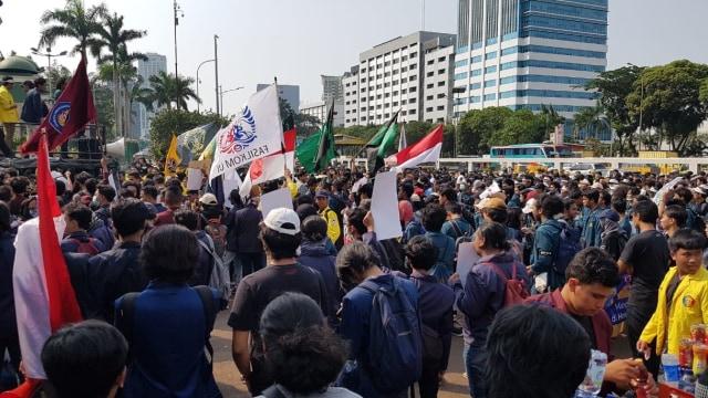 Mahasiswa UI dan ITB Demo Tolak Revisi UU KPK, Pasang Spanduk Sita DPR (456543)