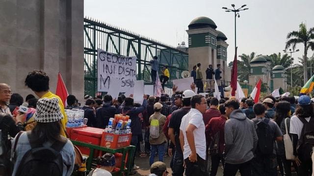 Mahasiswa UI dan ITB Demo Tolak Revisi UU KPK, Pasang Spanduk Sita DPR (456544)