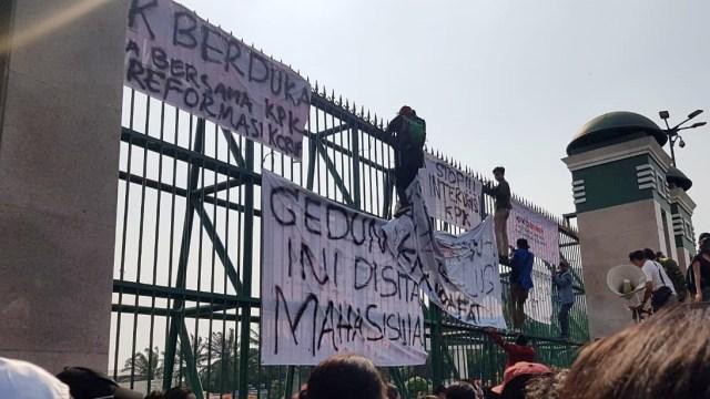 Mahasiswa UI dan ITB Demo Tolak Revisi UU KPK, Pasang Spanduk Sita DPR (456542)