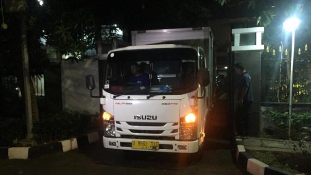Mobil angkutan barang, rumah dinas Menpora di Jalan Widya Chandra, Kebayoran Baru, Jakarta Selatan