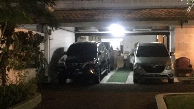 Tumpukan kardus di garasi rumah dinas Menpora di Jalan Widya Chandra, Kebayoaran Baru, Jakarta Selatan