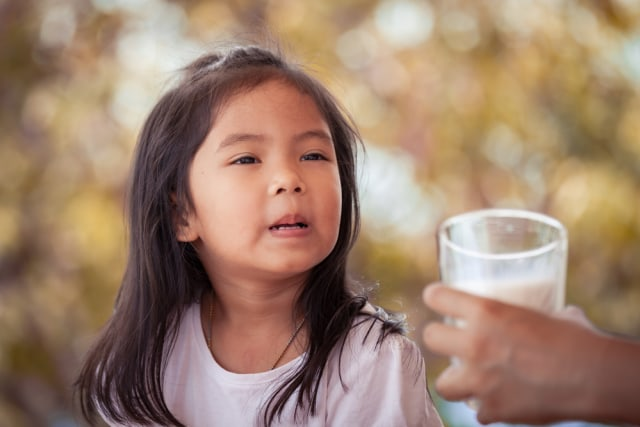 com-Ilustrasi anak enggan minum susu.